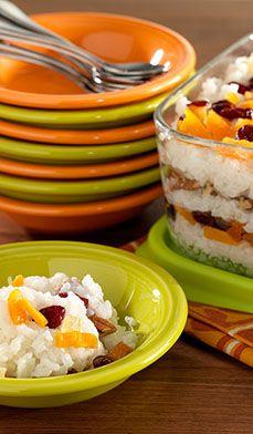 pouding au riz des fêtes - L'étage de fruits tropicaux séchés, de canneberges et de pacanes hachées saupoudrés de cannelle ajoute une touche moderne et colorée à ce dessert traditionnel.