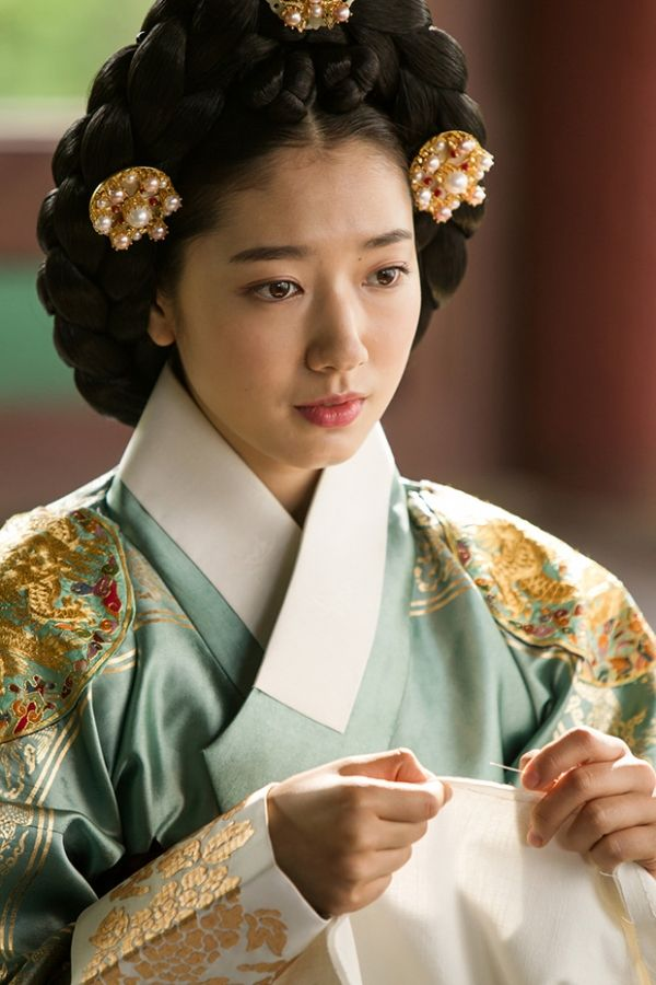 Park Shin Hye portrays the Queen in 'The Royal Tailor.'