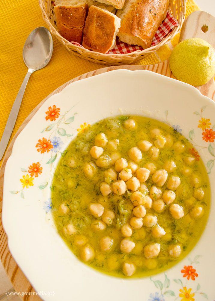 Εναλλακτική πρόταση μαγειρέματος για τα γνωστά μας ρεβύθια, που εμείς συνήθως τα τρώμε σαν λευκή (κιτρινωπή μάλλον) σούπα. Με κρεμμυδάκι, λίγο λεμόνι και στο τέλος δέσιμο της σούπας με λίγο αλεύρι....