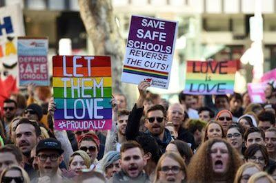 La oposición bloquea el referéndum sobre el matrimonio gay en Australia. Los laboristas argumentan que la ley debe aprobarse directamente en el Parlamento. El País, 2016-10-11 http://internacional.elpais.com/internacional/2016/10/11/actualidad/1476192390_602393.html