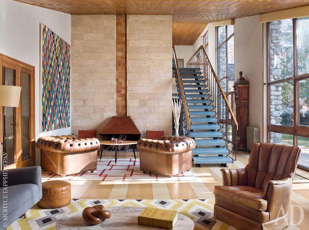 Общий вид гостиной скаминной зоной. Камин медный, спроектирован Хесусом Альберто де Кахигалем. Торшер 1950-х годов, кожаные кресла 1960-х. На стене картина Джакомо Сантьяго Рогадо (2008).