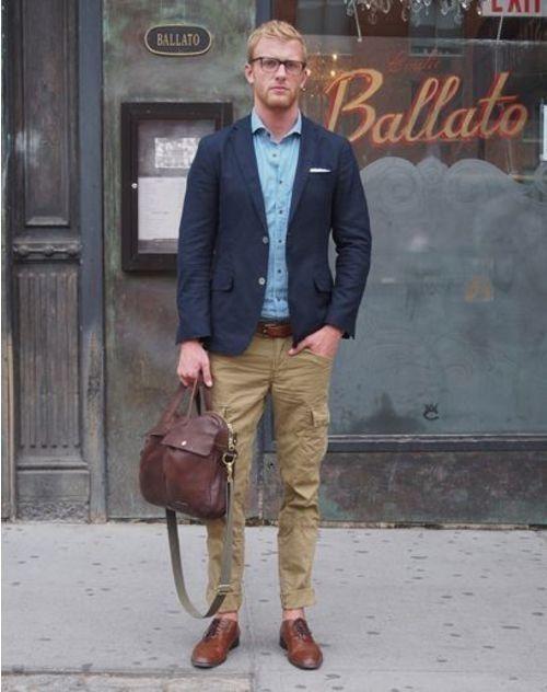 Acheter la tenue sur Lookastic:  https://lookastic.fr/mode-homme/tenues/blazer--pantalon-cargo-chaussures-brogues---ceinture/249  — Blazer bleu marine  — Chemise à manches longues bleu  — Pochette de costume blanc  — Ceinture en cuir brun  — Pantalon cargo brun clair  — Besace en cuir brune  — Chaussures brogues en cuir brunes