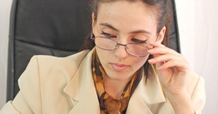 """Como dirigir-se à área de recursos humanos em uma carta de apresentação. Usando o velho formato com a famosa frase """"A quem possa interessar"""", você não dará uma boa impressão ao profissional de recursos humanos que venha a receber sua carta de apresentação e seu currículo. Em vez de direcionar sua carta sem nenhum cuidado, pesquise um pouco e descubra o nome e o cargo da pessoa que deverá receber sua carta."""