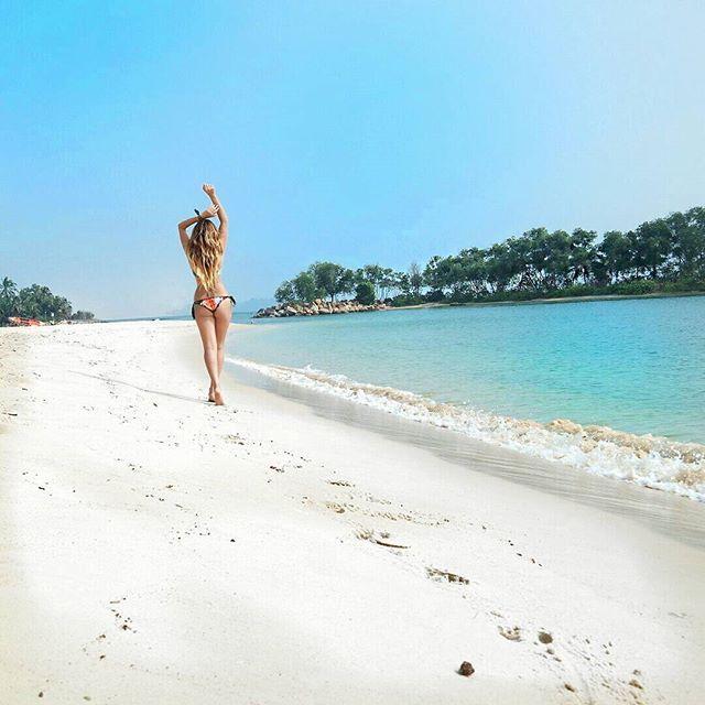 C'è un posto, dove immagino possano stare tutti i sogni, uno di quelli che quando sei li pensi, wow. La spiaggia di Sentosa potrebbe essere quel luogo, fra spiaggia bianca e palme. #nx30 @singaporeair