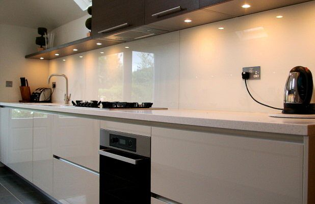 Bold white glass splashback with downlights to show off its stunning looks. #kitchensplashback #white #downlights
