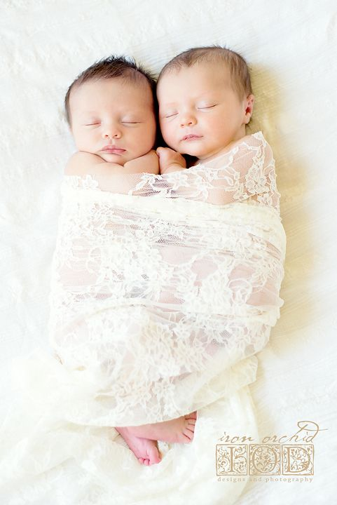 newborn twin girls #newbornphotography, #twingirlphotosession