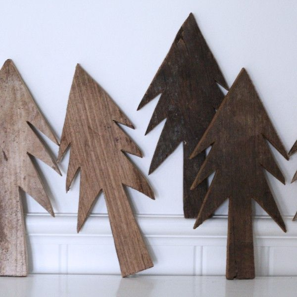Juletræ i rå træ - H:25 cm. - De Fire Årstider Home  Simple Christmas...Der er en dejlig skæv charme over dette håndskårne juletræ i gammelt træ, ja der er faktisk lidt Emil fra Lønneberg over det... på den gode måde!Juletræet har et skønt råt udtryk og måler 25 cm.NB! Alle træer er unika, og der vil derfor ikke være to som er fuldstændig ens.Mål: H: ca. 25 cm. B:12 cm.Materiale: Råt gammelt træSe alle varer fra De Fire Årstider Home