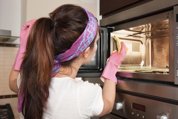 Die vervelende restjes in de microgolf kunnen echt wel vies zijn. Met deze snelle tip maak jij de oven in een oogopslag terug schoon!