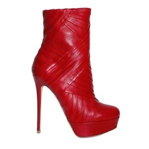 Rode stiletto boots - ik vraag me nog steeds af hoe je ermee wandelt