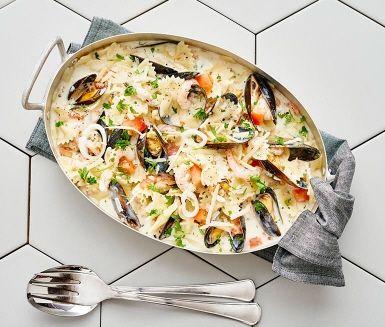 Att bjuda på en härlig skaldjurspasta mitt i veckan är varken knepigt eller tidskrävande om du har en skaldjursmix i frysen. Tillsammans med en förpackning vinkokta musslor, skalade räkor och lite annat gott är rätten redo på under en halvtimme!