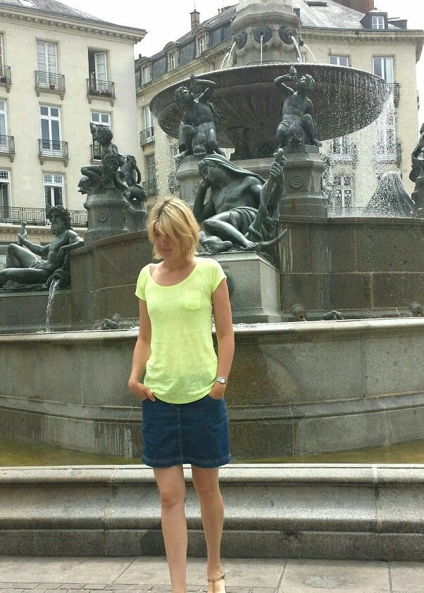 T-shirt Camaieu. Jupe Petit Bateau. Meduses tongs Manoukian. Sac Texier. Blog sandrillon-cinderella.blogspot.com
