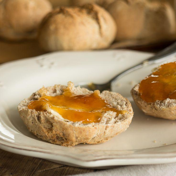 """Obwohl """"Sonntag"""" im Namen steckt, schmecken die Dinkel-Roggen-Brötchen auch an allen Tagen köstlich - vor allem, wenn sie lauwarm aus dem Ofen kommen."""