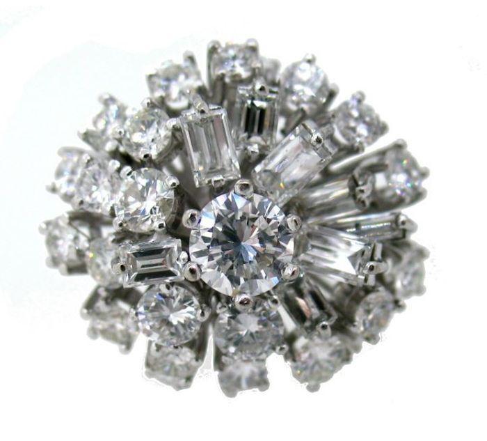 Catawiki pagina online de subastas Anillo grande, en oro blanco de 18 kt,con diamantes engastados. Certificado gemológico.