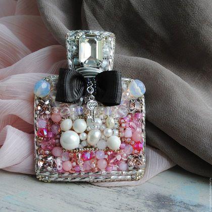 Купить или заказать Брошь Флакон духов Miss Dior с кристаллами Swarovski в интернет-магазине на Ярмарке Мастеров. Тебе 5 лет. Ты-девочка ( дада, мальчики, вы можете пролистать, сейчас о мы тут о женских секретах поговорим;) Родителей нет дома. Ты одна и вся квартира в твоём распоряжении. Однако, на всякий случай, на цыпочках пробираешься к маминому комоду. Открываешь ооочень о-с-то-ро-ж-но дверцу, как-будто кто-то сейчас зайдёт. Твой пульс учащается, волнение усиливается, ладошки потеют, а…