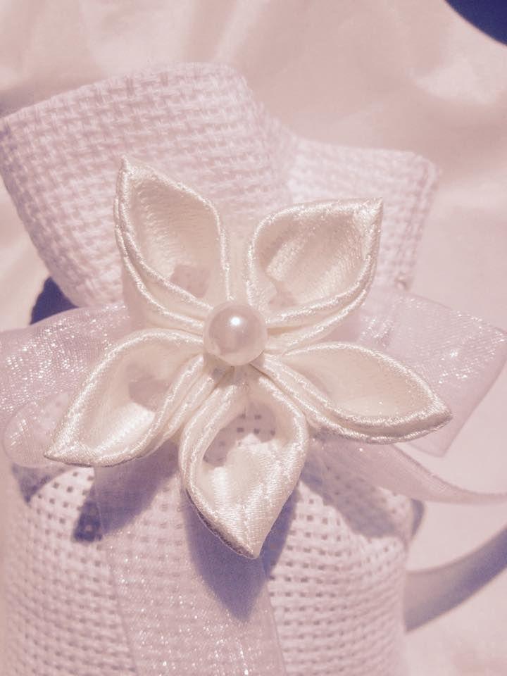 Sacchetto portaconfetti con fiore kanzashi