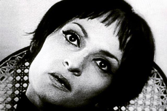 Barbara (ou Barbara Brodi à ses débuts), née Monique Andrée Serf le 9 juin 1930 à Paris et décédée le 24 novembre 1997 à Neuilly-sur-Seine à 67 ans et inhumée au Cimetière parisien de Bagneux, est une chanteuse, auteur-compositeur-interprète française.  Sa poésie engagée, la beauté mélodique de ses compositions, et la profondeur de l'émotion que dégageait sa voix lui assurèrent un public qui la suivit pendant 40 ans. #musique #chanson #variete #france