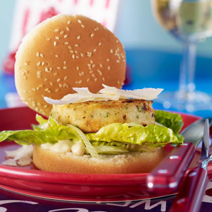 Découvrez la recette César burger au poulet sur cuisineactuelle.fr.