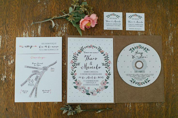 Dentro da Papelaria ainda, a ideia de entregar aos convidados um cd com a trilha sonora favorita do casal é simplesmente perfeita. Muito carinho demonstrado.