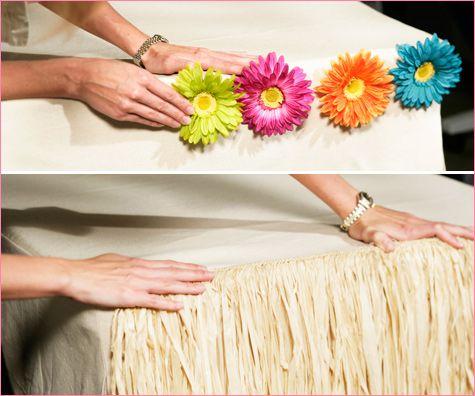 Como vestir la mesa para una fiesta hawaiana usando flecos y flores. #fiestastematicas #ideasparafiestas