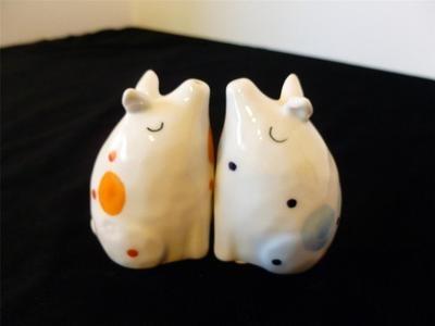 Anthropologie Cute Kissing Pig Salt Pepper Shaker Set Design