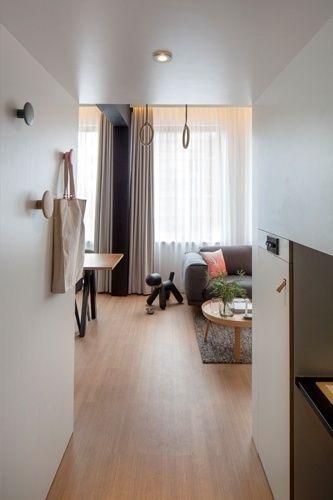 Ideal para 'nômades digitais', loft com 24 m² prevê espaço para o trabalho. Do hall de entrada do loft Zoku é possível visualizar parte do living decorado com peças da marca dinamarquesa Muuto. O projeto de interiores é uma criação do escritório de arquitetura holandês Concrete. Fotografia: Ewout Huibers / Divulgação Zoku / Concrete / Casa e Decoração / UOL Mulher.