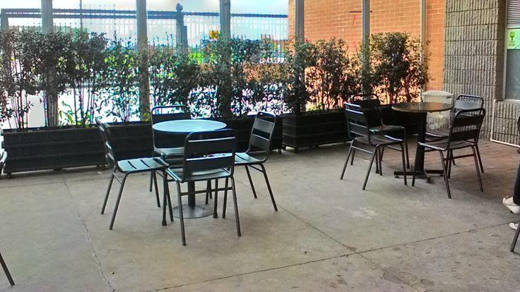 Te ofrecemos  un espacio cómodo, al aire libre y con vegetacion en los alrededores,para brindarte un servicio tranquilo y amigable.