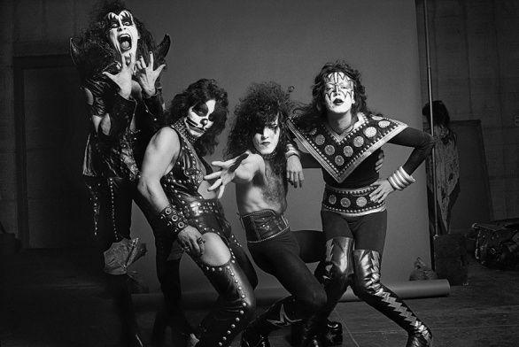 Další slavná fotografie je tentokrát americké rockové skupiny. Kiss vzniklo v New Yorku v roce 1973. Čtveřice mužů se proslavila díky svému bizarnímu líčení, nápadnými a nekonvenčními kostýmy.