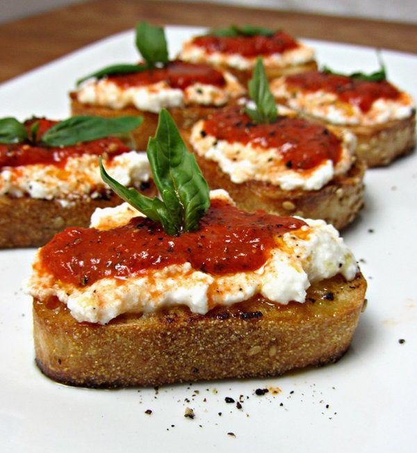 Crostini é quase uma bruschetta. Os dois são sanduíches do tipo aberto, o modo de preparo é idêntico e a diferença está apenas no pão. Normalmente, para a bruschetta, utiliza-se pão de massa fermentada, como o italiano, que tem mais água que o habitual. Para o crostini, utiliza-se o pão branco, tipo ciabatta ou francês. Independente destas especificações, os dois são deliciosos, ótimos para servir de entrada ou para comer a qualquer hora, afinal, os ingredientes para o preparo são fáceis de…