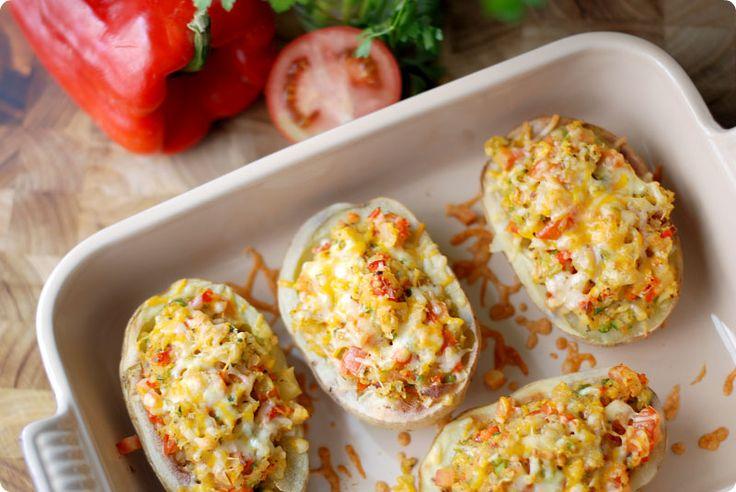 Receta de patatas asadas rellenas de verduras con quesos y gratinadas al horno. Listas en 90 minutos. Puedes preparar las patatas con antelación. Con Thermomix.