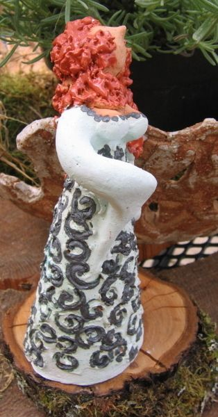 Gartenfiguren blumenfee kleine elfe keramik flora for Gartenfiguren stein