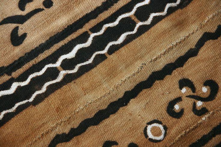 Nuestro modelo Beige Mosaic está inspirado en el Bogolán, tejido tradicional de África Occidental, muy ligado a la cultura de Mali, Burkina Faso y Guinea. Este tipo de tejido se fabrica con tiras alargadas de algodón con una anchura que va de los de 5 cm a más de 12 cm. Link on image  #barqet #contemporarytradition #inspiration #roadtoafrica #bogolan #africanprint #manshoes