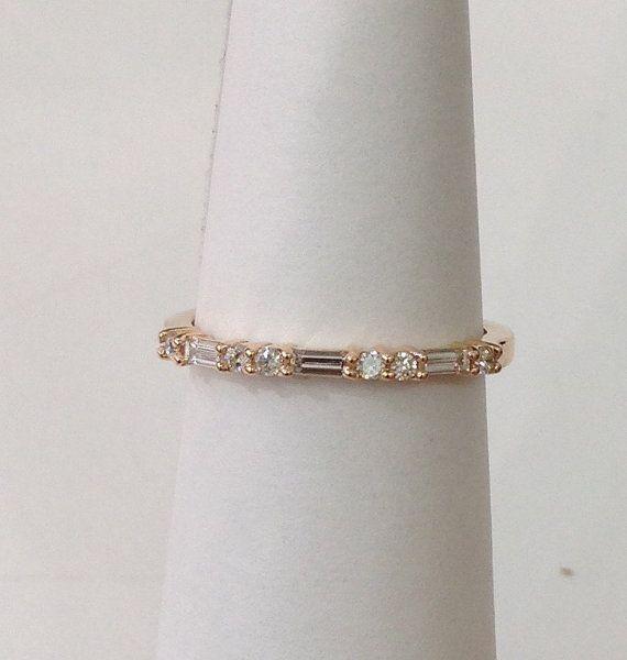 Cet anneau est le complément parfait à nimporte quel anneau de mariage de bande droite ou porter empilé avec dautres bandes. Disponible en blanc, jaune et or rose. 14k ou 18 K. Il dispose dune jolie bande de baguette 3 et 6 rond VS clarté, diamants de couleur F. Simple mais toujours élégante. Parfait pour porter tous les jours et les utiliser comme une bande de mariage. 2mm de largeur et de hauteur de 2,2 mm Poids Total des diamants - 0,26 cttw, clarté VS, approximatif couleur F Veuillez...