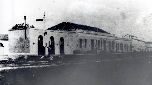 """Estação da Luz - o portal de entrada dos imigrantes. """"Em 1890, São Paulo tinha 65 mil habitantes, três anos depois tinha 130 mil."""" A Luz , em seu três momentos, em 1865, em gravura de 1870 e em fotos de 1903."""