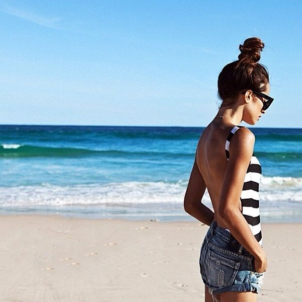 Look praia com body listrado e short jeans.