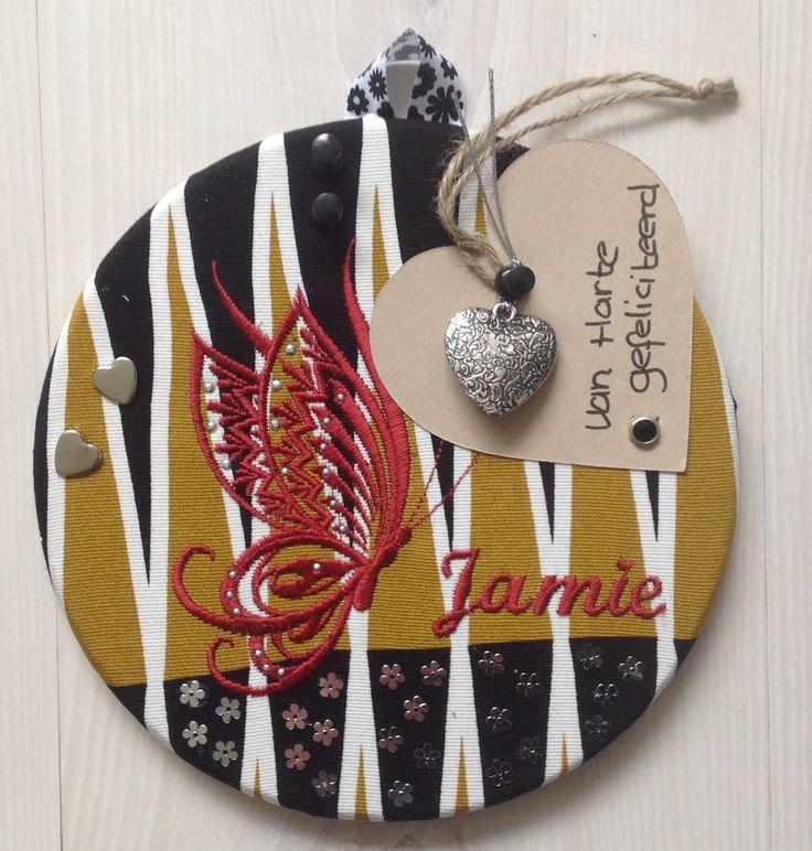 Prikbord kadobordje gemaakt van kurk onderzetter, stof, hotfix en borduurmachine