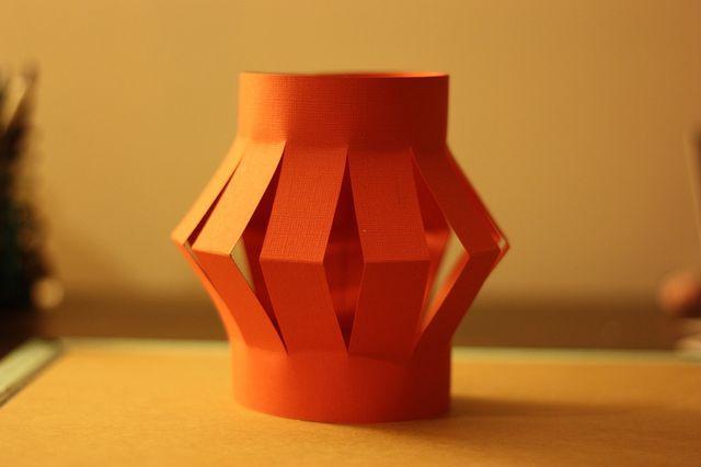 Linterna China de papel: Abre el papel y pega los extremos