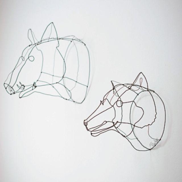 /// bellissime sculture in ferro di Chizu Kobayashi raffiguranti una testa di lupo l'altra una testa di cinghiale. Chizu disegna e crea con fil di ferro animali, mobili, accessori di moda, ritratti, … E' nata a Niigata, a nord di Tokyo, si è specializzata in metalcraft presso la Art University di Tokyo, ha vissuto anche in California. maggiori info: http://www.chizkobject.com/ Si possono acquistare anche separatamente. Trattativa in posta privata, pezzi attulamente in visione nella nostra…