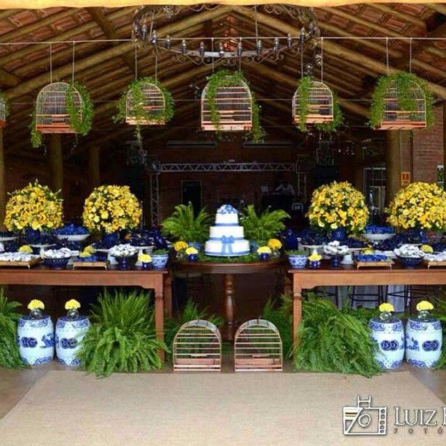 Decoração para casamento campestre  A paleta de cores azul e amarelo se encaixa super bem em casamentos nesse estilo. Décor by @marianafranca_festas  . Foto: Luiz Henrique