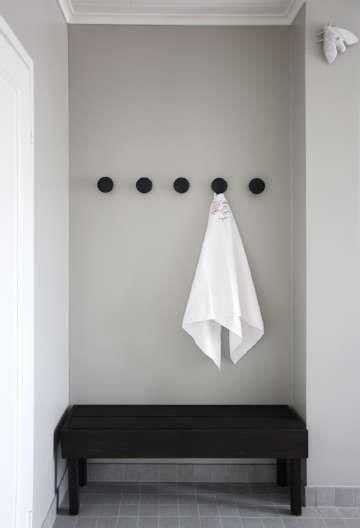 Sisustus - kylpyhuone - valkea pyyhe harmaalla seinustalla