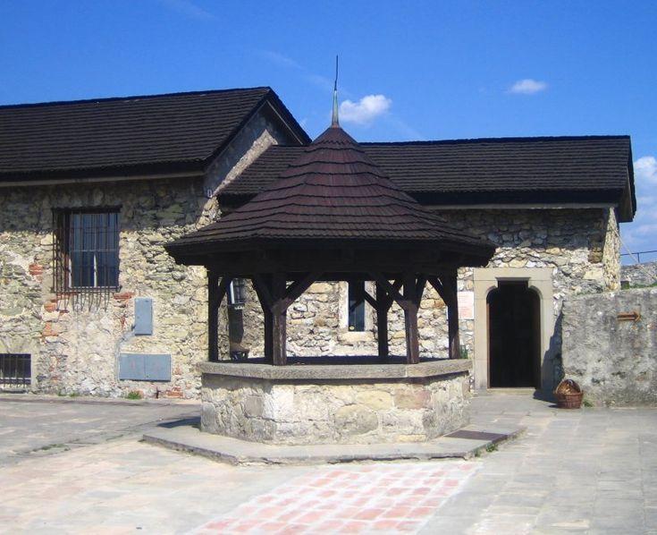 https://upload.wikimedia.org/wikipedia/commons/b/bb/Trencin_Castle_Well.jpg