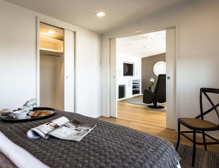 Eclisse Pocket Door Double -kehys on täydellinen ratkaisu, kun kaksi erillistä huonetta halutaan yhdistää yhdeksi suureksi tilaksi. Joustava tilaratkaisu tarjoaa tarpeen mukaan joko intiimiä rauhallisuutta tai avoimia tiloja ja liikkumisen vapautta.