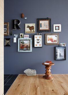 """Hölzer und dunkle Töne sind ein echtes Traumpaar, denn dunkle Farben bringen die feine Maserung von Holz besonders gut zur Geltung. Dann sehen hölzerne Möbel und Accessoires noch edler aus und dunkle Töne bekommen durch samtiges Holz eine extra Portion Wohnlichkeit. Schöne Kombis: Eiche und Taubengrau, Kirsche und Marineblau, Birke und Anthrazit.  Die Wandfarbe entspricht der SCHÖNER WOHNEN-Farbe """"01.028.05"""":   Parkett """"Eiche Landhausdiele"""", SCHÖNER WOHNEN-Kollektion, ca. 49 Euro/m²:"""