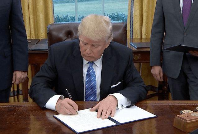 Donald Trump ha firmato un ordine esecutivo che taglia i fondi al ramo internazionale della Planned Parenthood Federation...