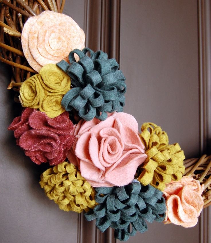 the audzipan anthology: Felt Flower Grapevine Wreath--links to outlines for making all of these great flowers!