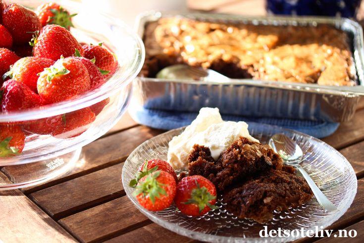 I kveld er det Sankthansaften, og du har kanskje tenkt å kose deg med grillmat? Det er faktisk mulig å lage desserten på grillen også! Ja, til og med en deilig, bløt Browniekake med kjempegod sjokoladesmak!!! Serveres varm, rett fra grillen, og gjernesammen med iskrem og friske jordbær!