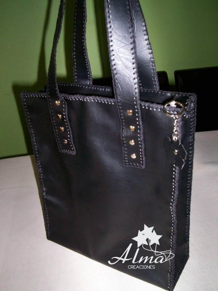 Bolso Ecocuero negro, doble capa de material, cierre superior.