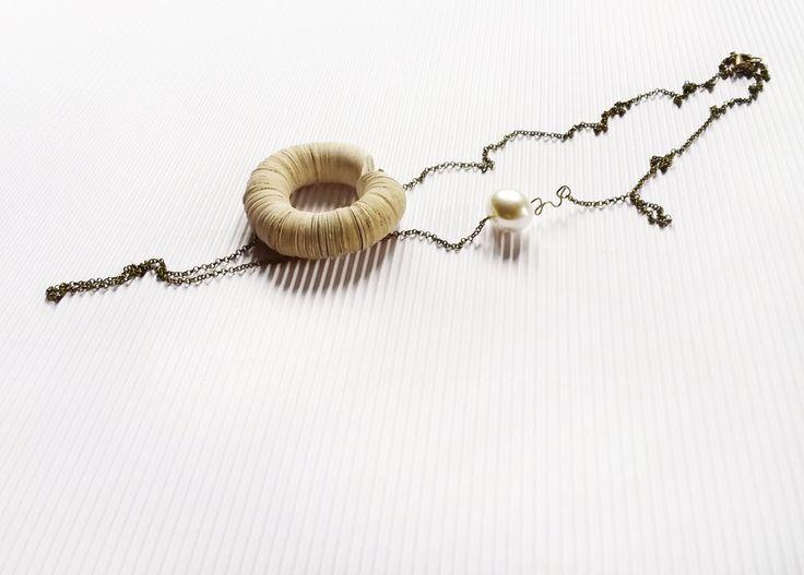 Collana di design bianca lunga con catena in ottone ossidato, anello di carta di libro e perla bianca ovale, gioiello di carta, minimalista by AlfieriJewelDesign on Etsy