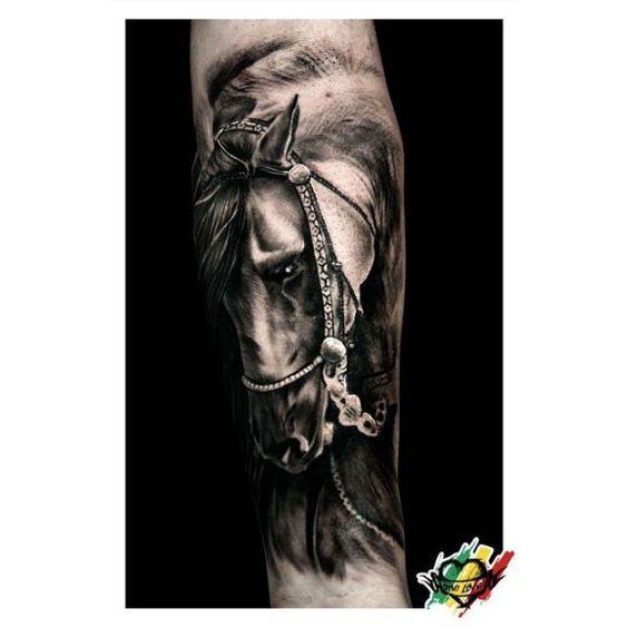Tatuajesde caballos Descubre las mejores imagenes de tatuajes de caballos Existe un vínculo evidente entre los seres humanos y los caballos. De hecho, estos animales han sido vitales en el devenir histórico del hombre ya que le ha acompañado desde el origen de los tiempos. Por ello y por muchas