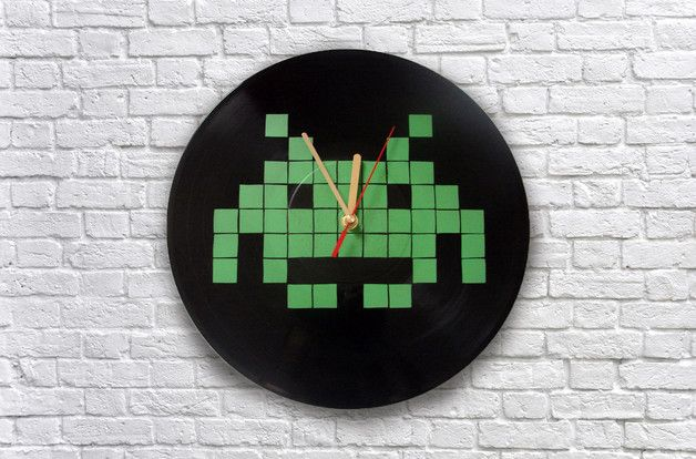 Zegar wykonany ze starej płyty winylowej na której namalowana została grafika nawiązująca do gry Space Invader. Zegar posiada mechanizm kwarcowy zasilany jedną baterią AA. Unikatowa dekoracja do...