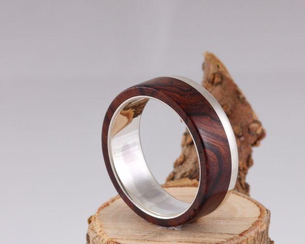 Dieser Ring besteht aus 925 Sterling Silber und Edelholz. Er wird Individuell für Sie in Handarbeit gefertigt.Wählen Sie selbst eines der Hölzer aus unserer angebotenen Holzpalette aus. Aus...